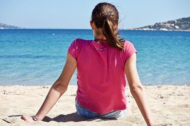 děvče u moře