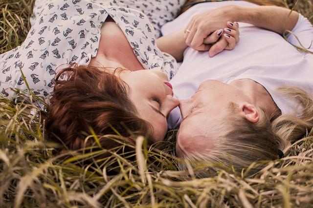 láska v trávě