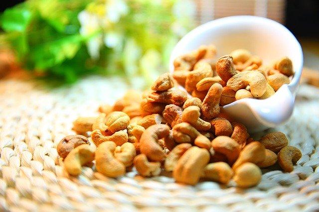vysypané kešu ořechy
