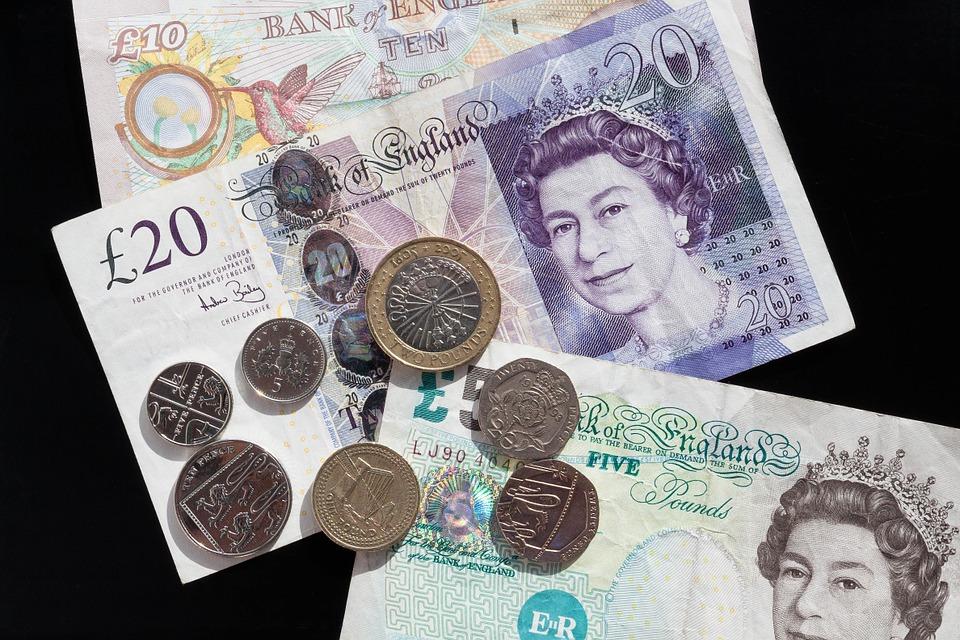 peníze Británie